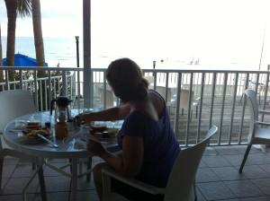 Ontbijten met uitzicht op het strand